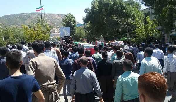 تشییع پیکر شهدای درگیری مسلحانه با ضد انقلاب در مریوان