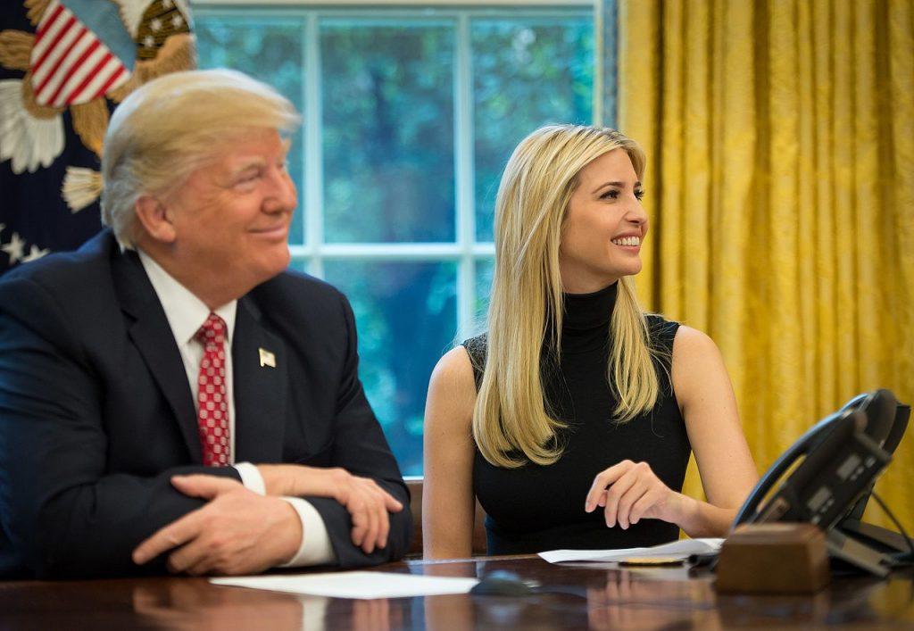 ایوانکا ترامپ به همراه پدرش رئیسجمهور ترامپ در دفتر بیضی کاخ سفید