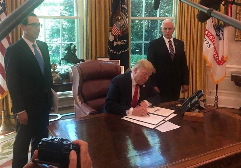 ترامپ در حال نوشتن