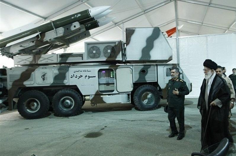 رهبر انقلاب در کنار سامانه پدافندی سوم خرداد