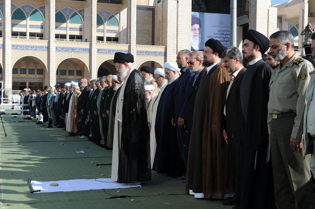 سید احمد خمینی در کنار مسئولین اول کشور در صف اول نماز