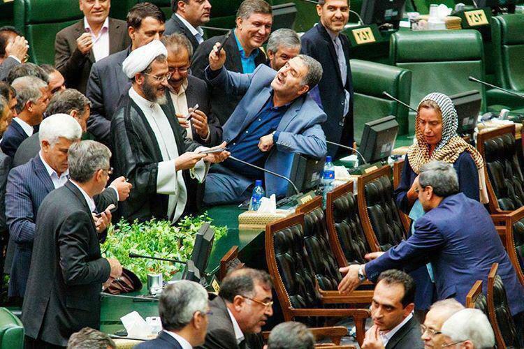 تلاش رقت انگیز نماینده مجلس برای سلفی گرفتن با موگرینی