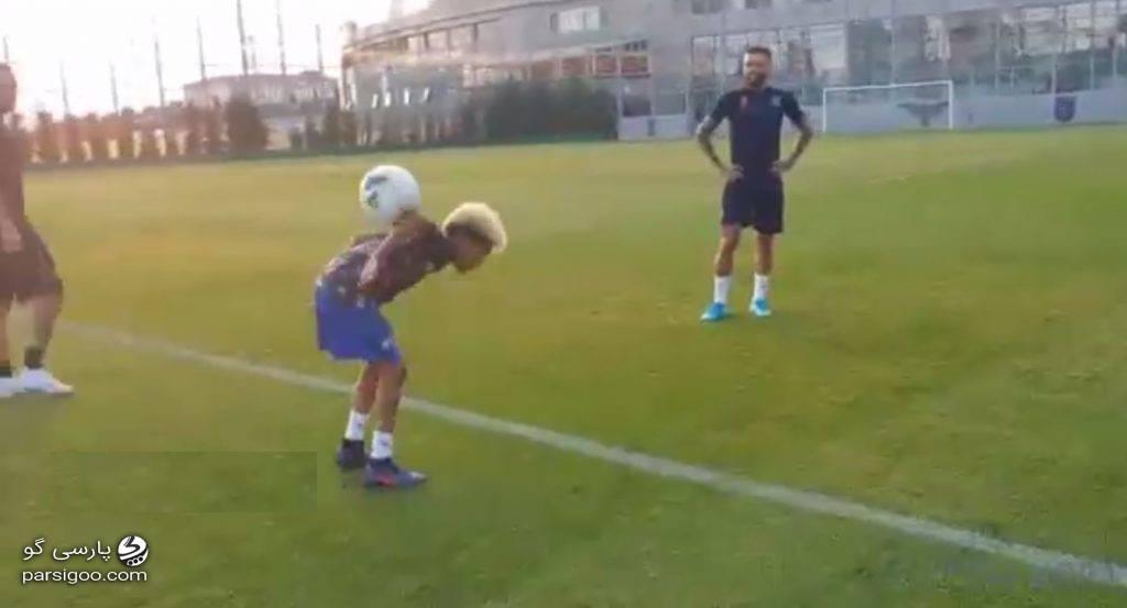 حرکات دیدنی پسر برزیلی با توپ