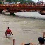 فیلم لحظه نجات مرد در حال غرق شدن توسط پلیس فداکار در هند