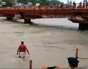 نجات مرد در حال غرق شدن توسط پلیس