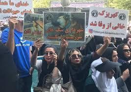 تجمع حامیان حقوق حیوانات مقابل شهرداری تهران در اعتراض به سگکشی