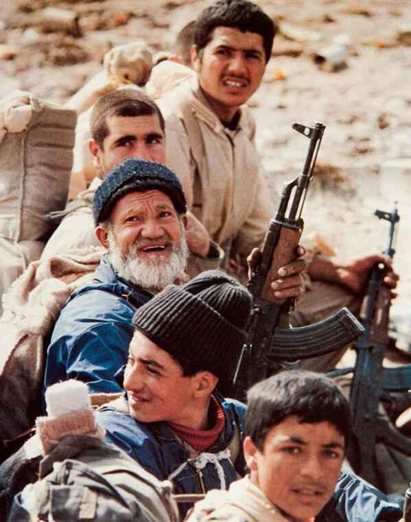 عکس ماندگار دفاع مقدس پیر و جوان در یک صف