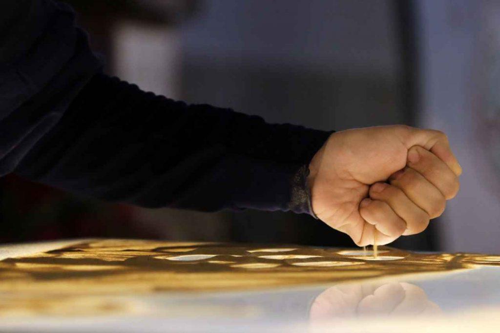 هنرنمایی و خلق تابلوی شنی توسط فاطمه عبادی نفر اول عصر جدید در آستان قدس رضوی