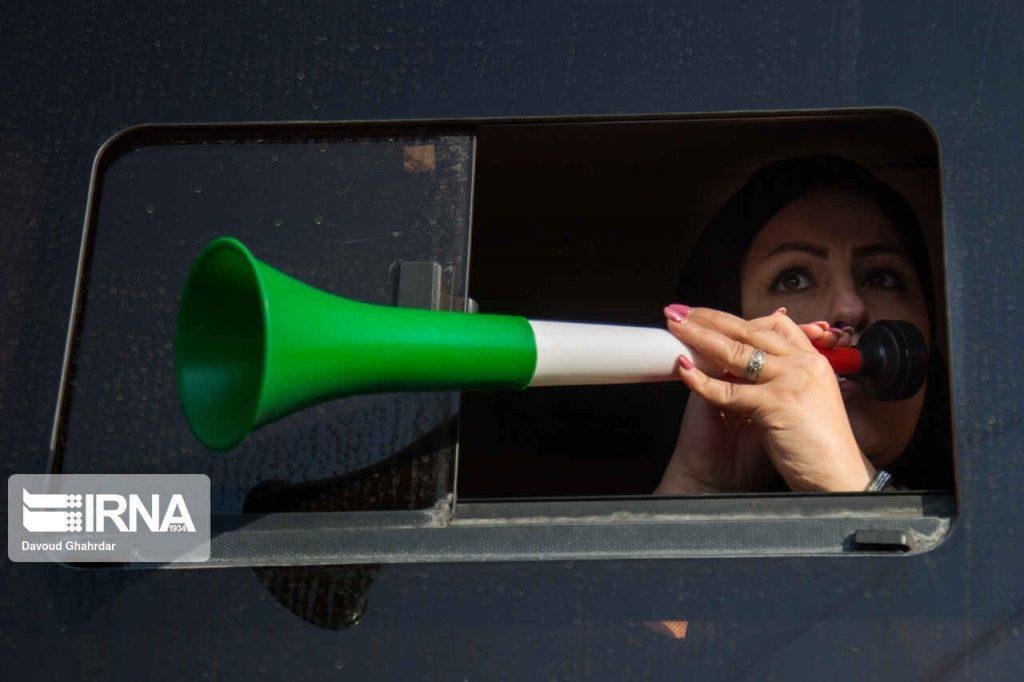 آمادگی زنان برای حضور در ورزشگاه. شیپور برای تشویق تیم ملی
