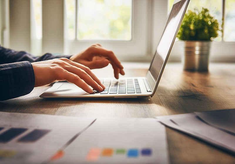 تایپ. نوشتن با کامپیوتر. تولید محتوا با رایانه. تایپ در لپ تاپ. نوشتن در لب تاپ. محتوای مفید و کاربردی