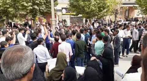 تجمع اعتراضی مردم مقابل فرمانداری. شیوع ایدز در روستای لردگان