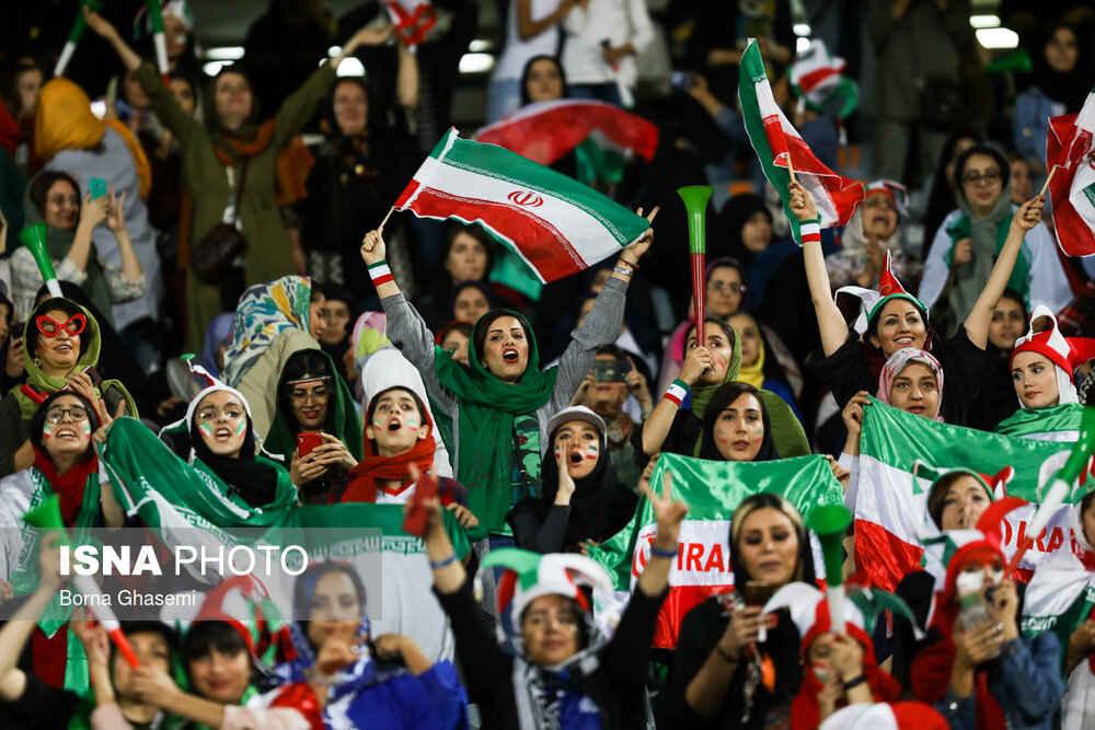 تشویق تیم ملی فوتبال توسط بانوان حاضر در ورزشگاه آزادی