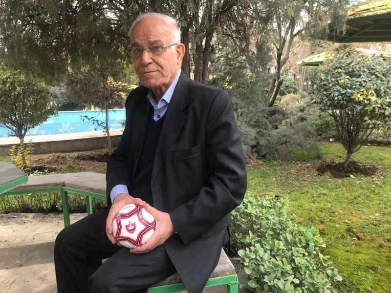 جعفر کاشانی پیشکسوت فوتبال توپ در دست
