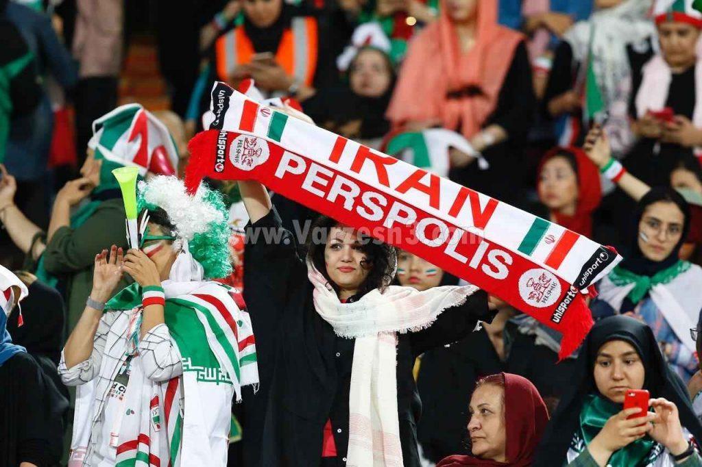 زن طرفدار پرسپولیس حامی تیم ملی حضور بانوان در ورزشگاه آزادی