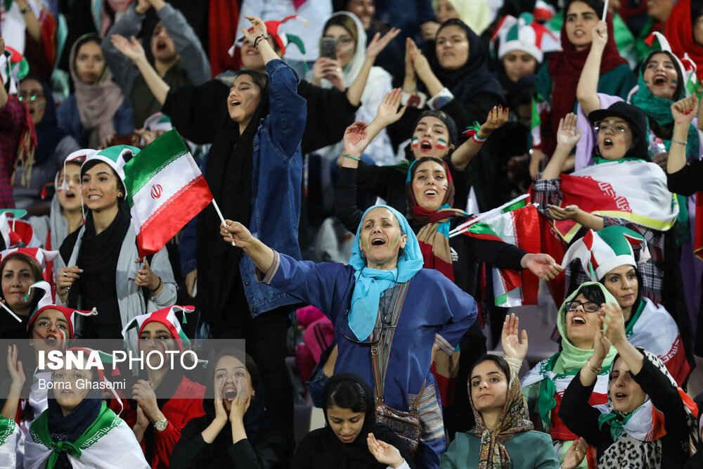شور و هیجان در ورزشگاه آزادی با حضور بانوان فوتبالدوست ایرانی