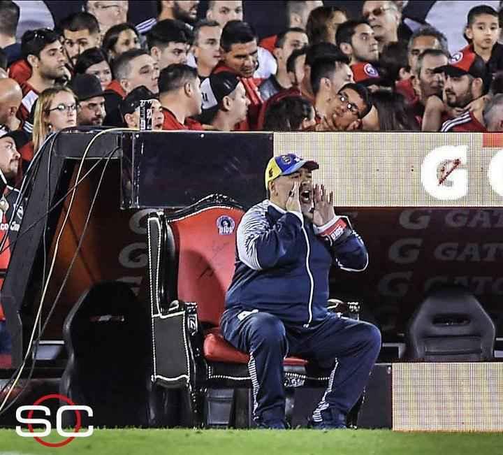 صندلی عجیب مارادونا در لیگ آرژانتین شبیه صندلی پادشاهی