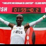 عکس یادگاری الیود کیپچوگه با رکورد جهانی دو ماراتن زیر دو ساعت. مسابقه وین