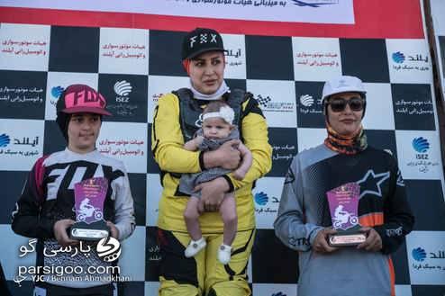 قهرمان مسابقات موتورکراس بانوان با نوزادش روی سکوی قهرمانی