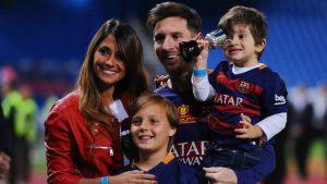لیونل مسی در کنار همسر و فرزندانش