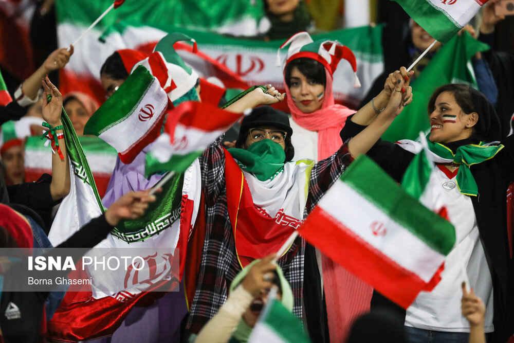 نخستین حضور رسیمی بانوان ایرانی زنان ایرانی حاضر در ورزشگاه آزادی ایران کامبوج