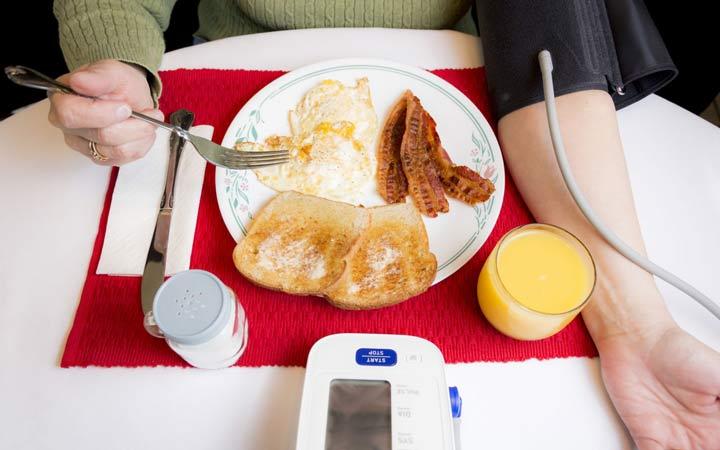 پرخوری و فشار خون. پرهیز کنید تا فشار خون نگیرید