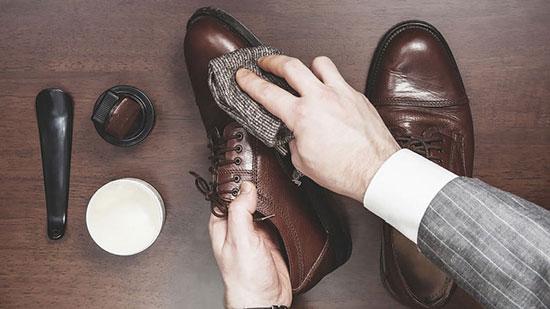 کفش ها به مراقبت احتیاج دارند واکس بزنید گرد و غبار کفش را بگیرید و از روغن برای چرب کردن چرم استفاده کنید
