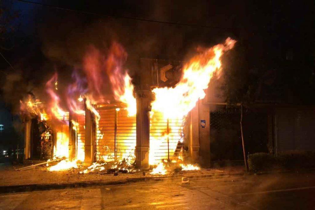 آتش گرفتن و تخریب کامل اموال عمومی در جریان اعتراضات به گرانی بنزین