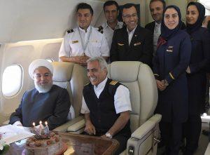 جشن تولد غافلگیرانه رئیس جمهور در آسمان عکس یادگاری با پرسنل پرواز