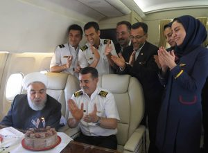جشن تولد غافلگیرانه رئیس جمهور در آسمان فوت کردن شمع توسط روحانی