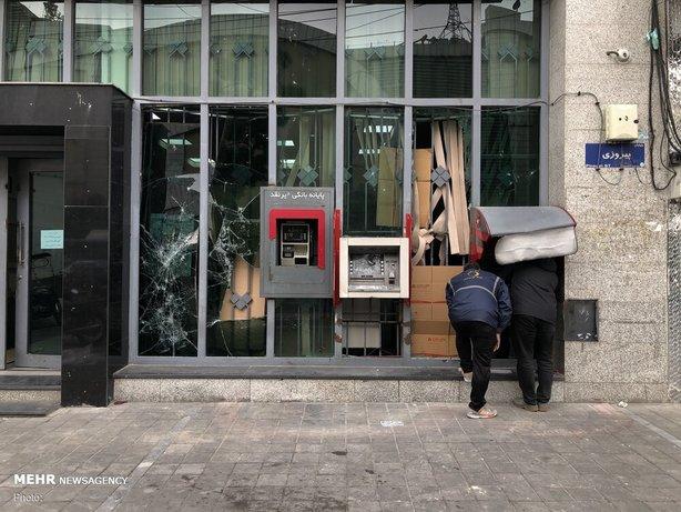 شکستن شیشه بانک ها و اخلال در کار مردم در آشوب های سال 98