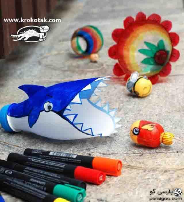 انداختن توپ نخی در دهان نهنگ اسباب بازی با بطری نوشابه