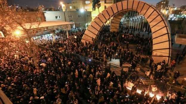 تجمع مردمی مقابل دانشگاه امیرکبیر تهران