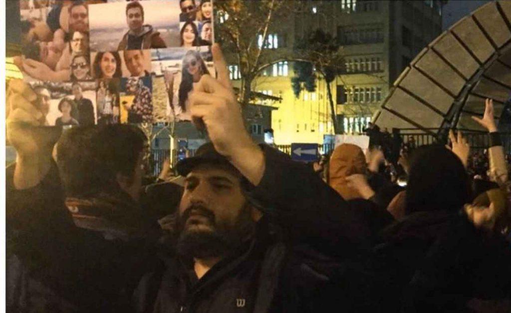 رضا درمیشیان و هدیه تهرانی در تجمع جان باختگان هواپیمای اوکراین