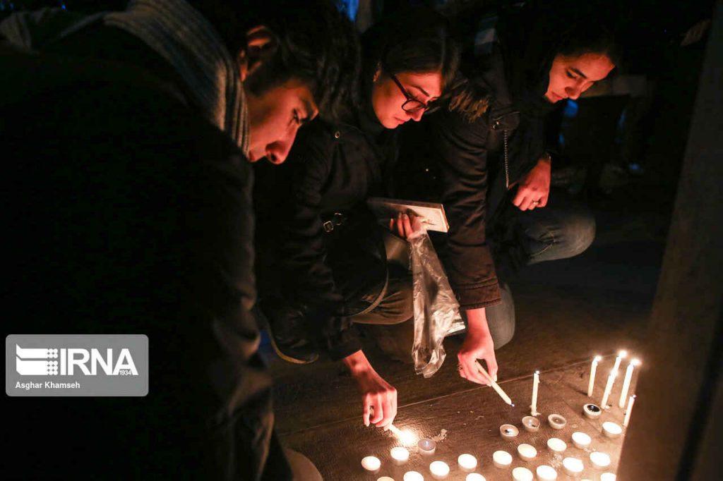 روشن کردن شمع در تجمع مسالمت آمیز دانشجویان مقابل دانشگاه امیرکبیر