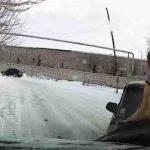 عکس العمل دیدنی جوان برای نجات از تصادف در جاده برفی