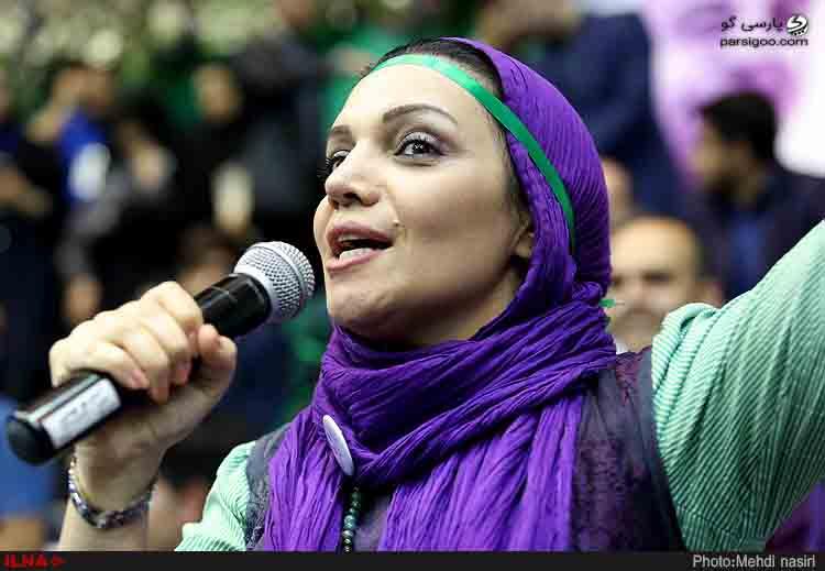 الهام پاوه نژاد با شال بنفش در همایش حامیان روحانی