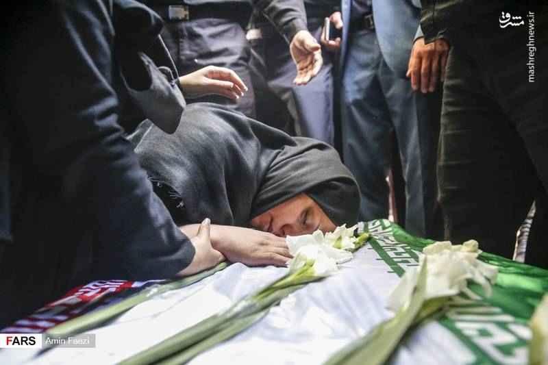 وداع خانواده حسن ترکمان با پیکر وی