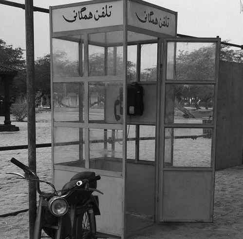 عکسی از کیوسک تلفن همگانی در خیابان عکس قدیمی
