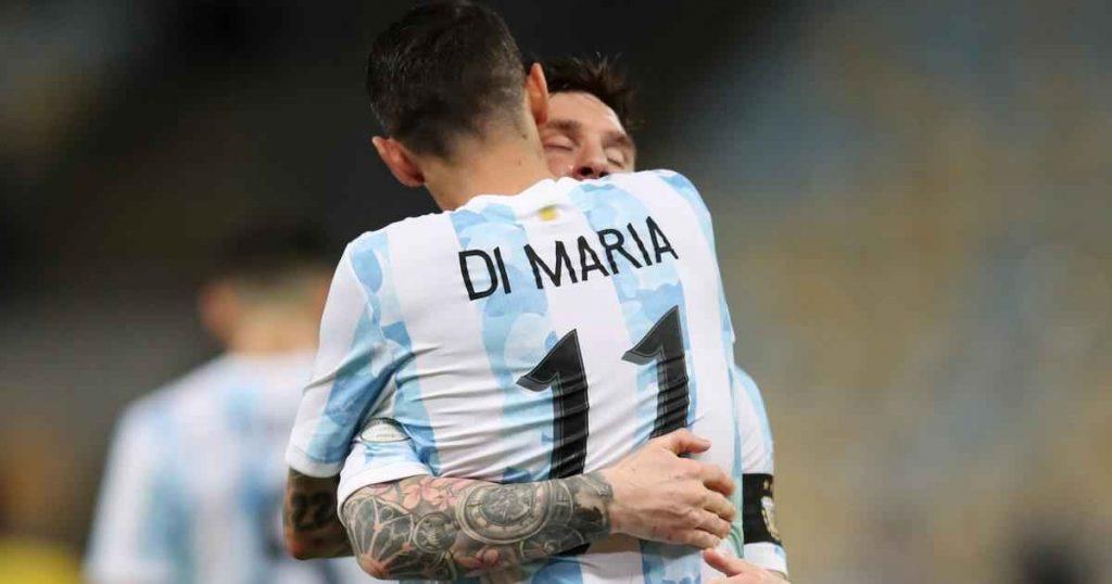 آنخل دی ماریا در آغوش لیونل مسی بعد از گلزنی در فینال کوپا آمریکا