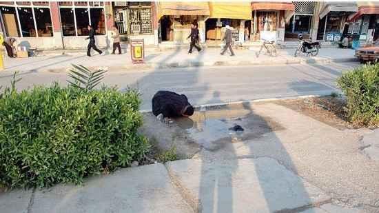 تصویر واقعی آب خوردن یک هموطن خوزستانی از زمین